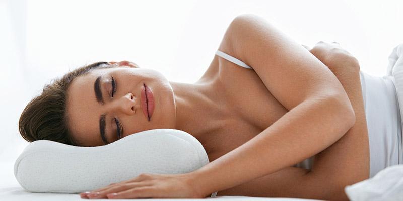 Ragazza che dorme su un cuscino MontBlanc Linea RIposo