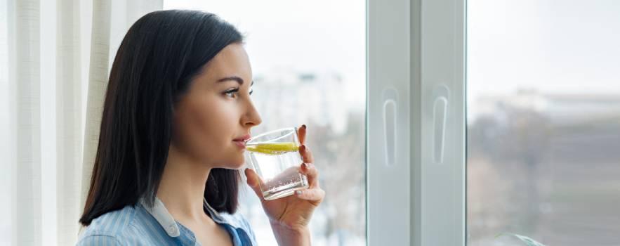 bere acqua e limone ogni mattina