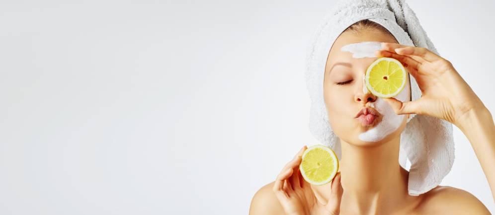 i benefici di bere acqua e limone alla sera